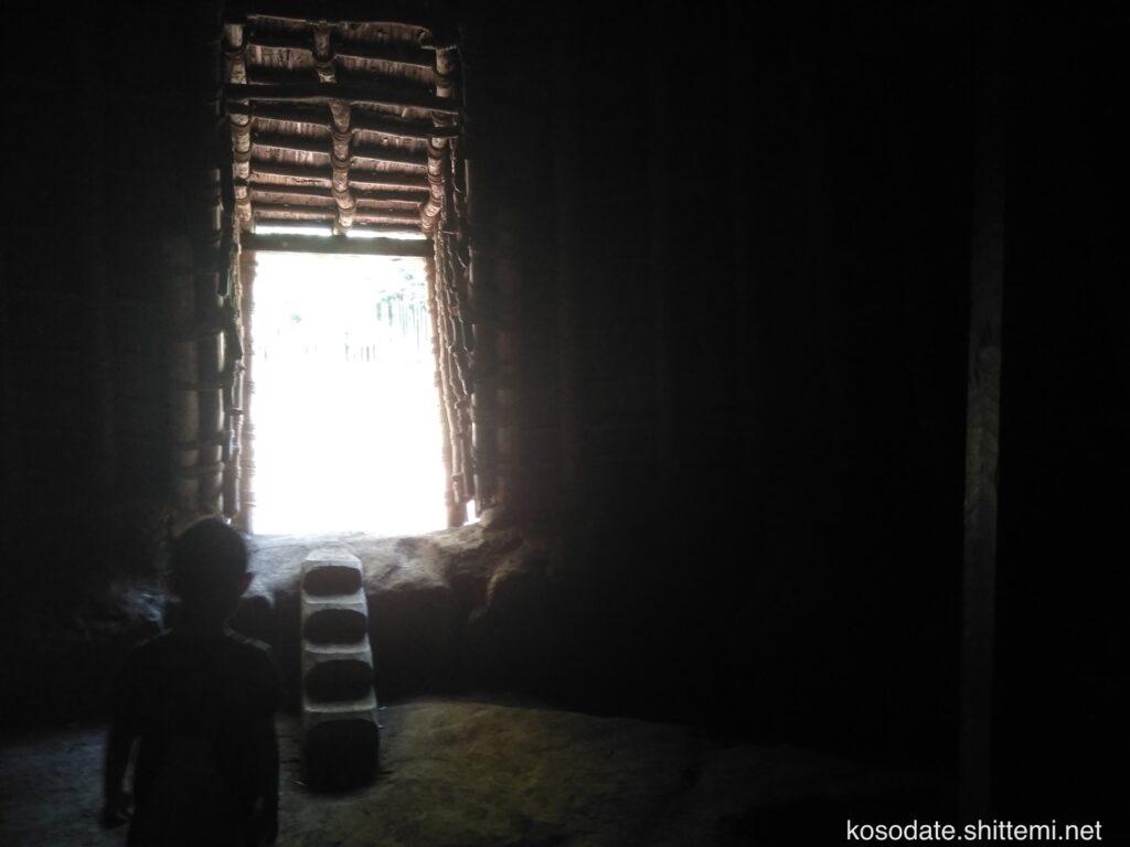 大塚遺跡 竪穴住居の中からの眺め