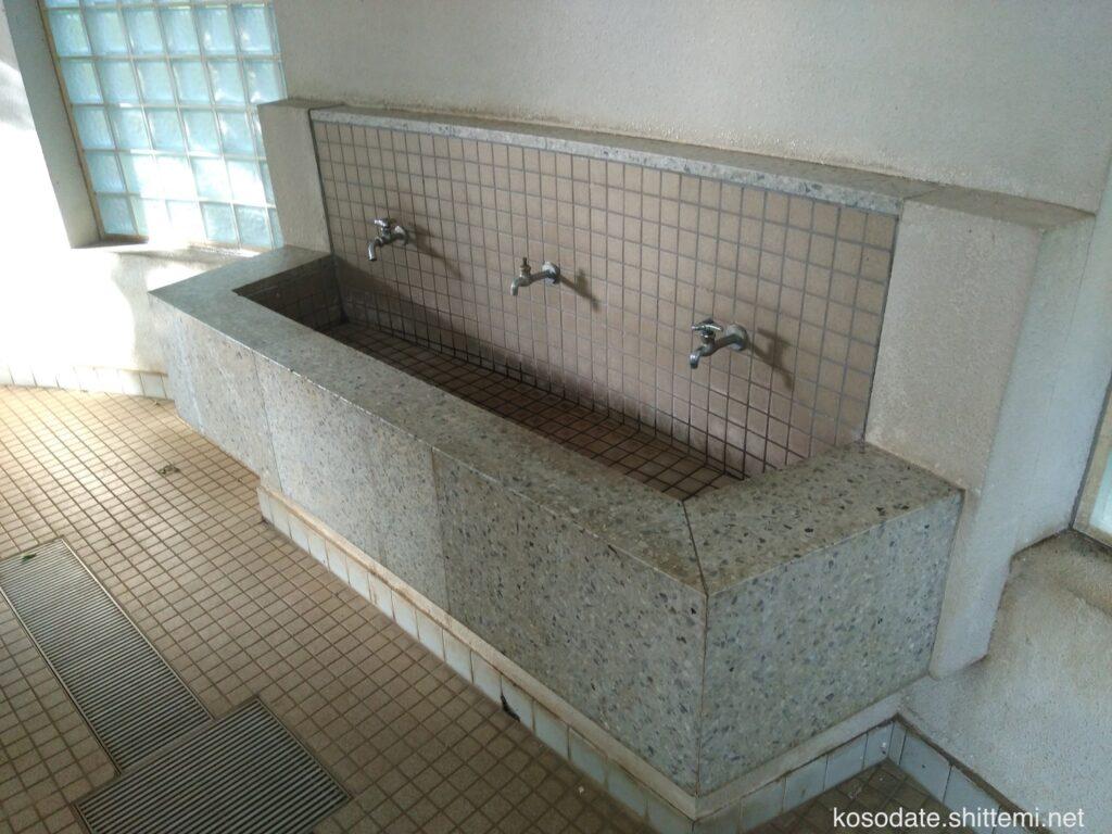 大塚・歳勝土遺跡公園 男子トイレの手洗い場