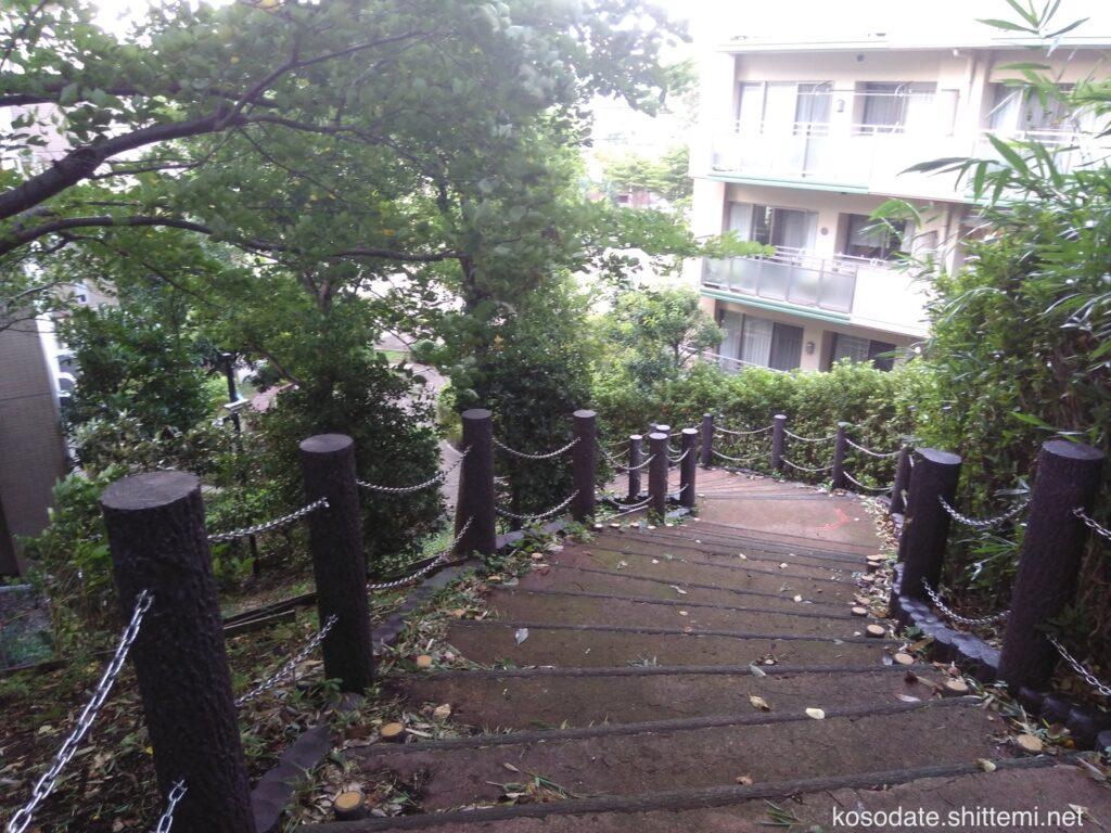 大塚・歳勝土遺跡公園 団地側の階段