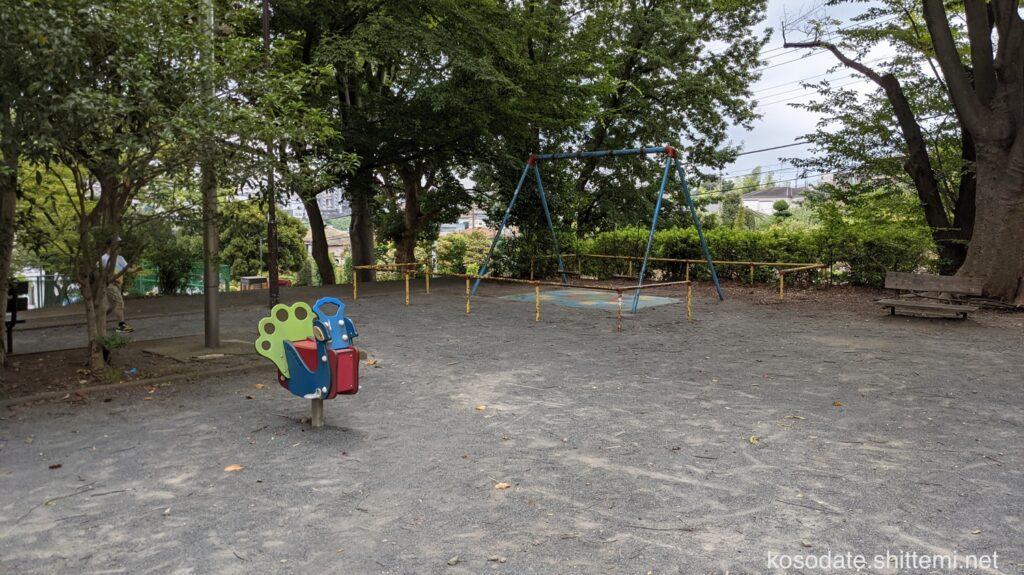 土橋7丁目公園 ロッキング遊具とブランコ
